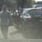 Hombre amenaza a conductor ¡con una varilla en mano! (VIDEO)
