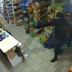 Mujer se hace viral por defenderse de ladrón con un mechudo (VIDEO)