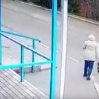 Mujer cae en medio de la calle y se salva de morir atropellada (VIDEO)
