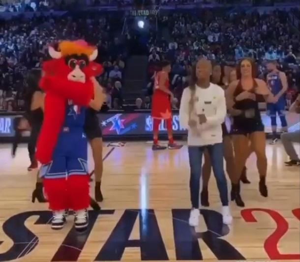 Niña crea baile viral y la invitan a actuar en la NBA (2)