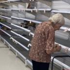 Abuelita se pone a llorar al ver vacíos los estantes del súper durante cuarentena