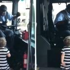 Chofer de autobús se hace viral por bailar con pequeña (VIDEO)