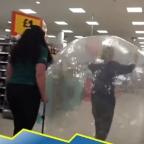 Mujer acude a supermercado en burbuja de plástico ¿por miedo al coronavirus?