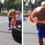 Hombre con disfraz de vaquero casi termina arrollado tras bajar de camión