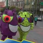 Policías de Bolivia se disfrazan de coronavirus para concientizar a la población