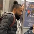 Redes critican a YouTuber por lamer tubo en Metro de Nueva York (VIDEO)