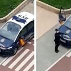 Policía de España alegra a niños en cuarentena por coronavirus con baile en la calle
