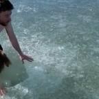 Hombre se sumerge en agua helada y casi muere al buscar salida (VIDEO)