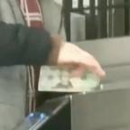Hombre se hace viral por pagar entrada al Metro ¡con un dólar! (VIDEO)