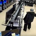 Joven entra a tienda de Rusia ¡y se desquita con las televisiones! (VIDEO)