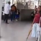 La broma del día: hombre sin un pie finge dar patada a usuarios del Metro