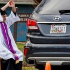Sacerdote ayuda a fieles con misa al aire libre durante coronavirus (VIDEO)