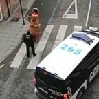 Dinosaurio desafía a policías en plena contingencia por coronavirus (VIDEO)