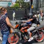 Coperacha para la banda: ambulantes exigen cuota para cruzar calle de CDMX