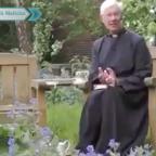 Gato se hace viral por desaparecer en sotana de padre durante sermón