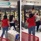 Clientes critican a mujer por no usar cubrebocas en supermercado (VIDEO)