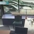 Captan a hombres salvándose de ser atropellados en el centro de Londres (VIDEO)