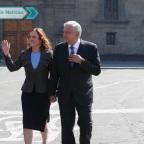 Hombre ataca a Beatriz Gutiérrez y la apoda #LadyPrimeraClase (VIDEO)