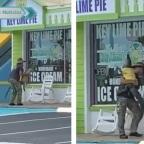 Hombre se hace viral por cargar a cocodrilo como mascota (VIDEO)