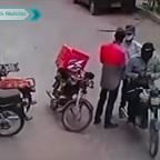 Ladrones se apiadan de repartidor de comida y le regresan sus cosas (VIDEO)