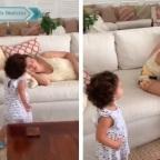 Niña se hace viral por jugar broma a su madre mientras duerme (VIDEO)