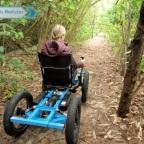 Hombre diseña silla de ruedas para ayudar a su esposa a andar en todo terreno