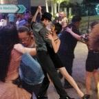 Llaman a parejas covidiotas por bailar pegaditos y sin cubrebocas en Cancún