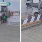 Motociclistas intentan pasar caseta sin pagar y quedan atascados en cemento fresco