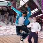 Trabajadores se hacen virales por bailar en clip de TikTok para vender azulejos
