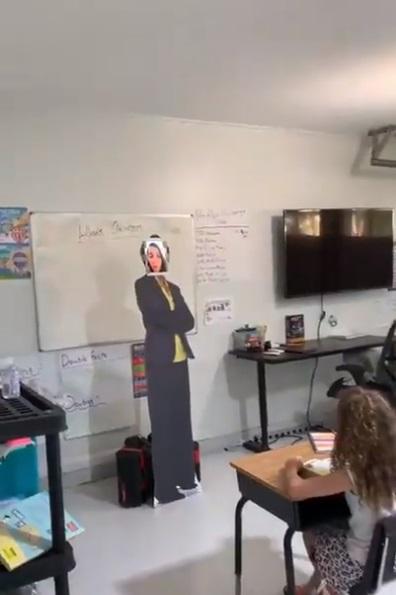 Padre transforma su cochera en salón de clases