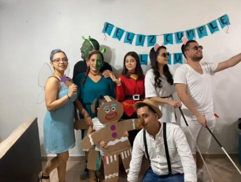 fiesta-familiar-con-tematica-de-shrek-en-tiktok
