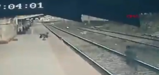 hombre salva a niño
