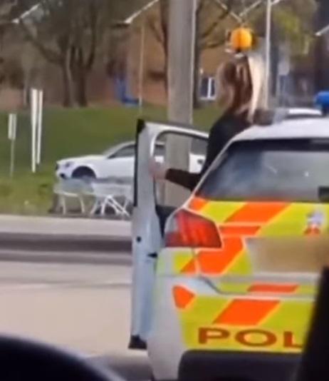 policias se besan 1