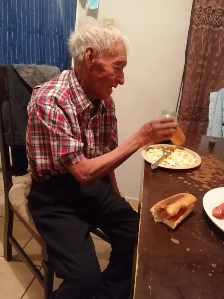 familia adopta a abuelito 1