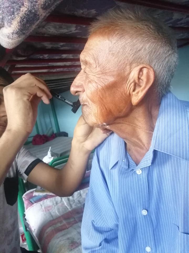 familia adopta a abuelito 3