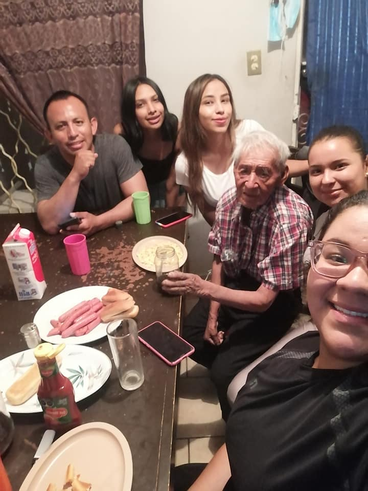 familia adopta a abuelito