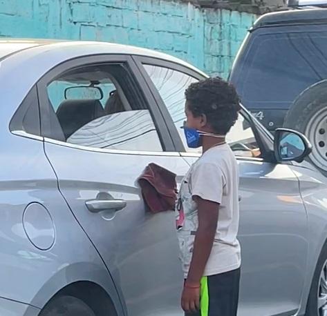 niño juega con otro en la calle 1