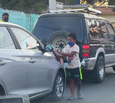 niño juega con otro en la calle